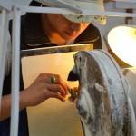 Jade-Künstlerin bei der Arbeit